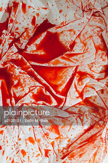 Rote Flüssigkeit auf Plastikplane - p2120121 von Edith M. Balk
