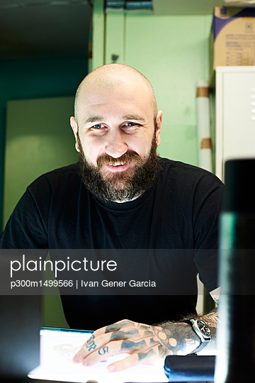 Portrait of confident tattoo artist in studio - p300m1499566 by Ivan Gener Garcia