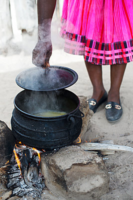 Africa, Namibia, Prepare food - p1167m2272291 by Maria Schiffer
