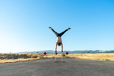 Acrobat doing handstand on handstand canes - p300m2012370 von VITTA GALLERY
