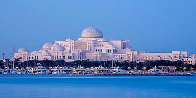 Presidential Palace at twilight, Abu Dhabi, United Arab Emirates - p651m2032707 by Karol Kozlowski photography