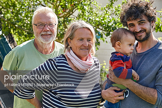 Family in the garden, portrait - p1146m2187850 by Stephanie Uhlenbrock