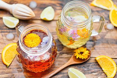 Refreshing mineral water with edible flowers, Viola wittrockiana, Dianthus caryophyllus, Calendula officinalis, lemon and orange - p300m1581757 von skabarcat