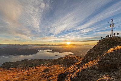Viewpoint at Roys Peak, Lake Wanaka during sunrise, South Island, New Zealand - p300m2166476 by Fotofeeling