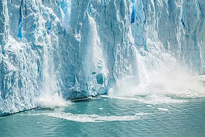 Ice from Perito Moreno Glacier falling into Lake Argentino, Los Glaciares National Park, Patagonia, Chile - p429m1495976 by Manuel Sulzer