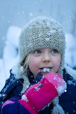 Schnee naschen - p454m2126830 von Lubitz + Dorner
