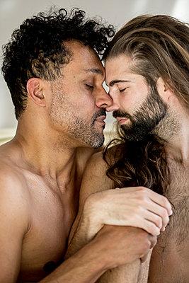 Schwules Paar - p787m2115296 von Forster-Martin