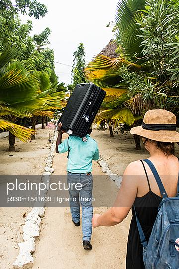 Touristin und ein Kofferträger - p930m1541609 von Ignatio Bravo