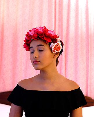 Mädchen mit Blumenkranz - p1521m2128974 von Charlotte Zobel