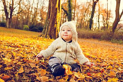 Baby im Herbst - p904m1193460 von Stefanie Päffgen