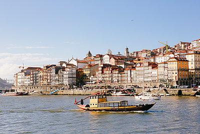 Ausflugsschiff vor der Altstadt von Porto - p1357m2161148 von Amadeus Waldner
