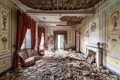 Abandoned villa - p1440m1497512 by terence abela