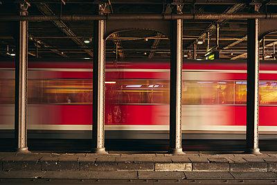 Zug im Hamburger Hauptbahnhof - p1696m2294357 von Alexander Schönberg