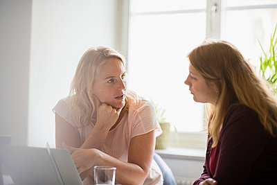 Two women working in office - p312m1533023 by Elliot Elliot