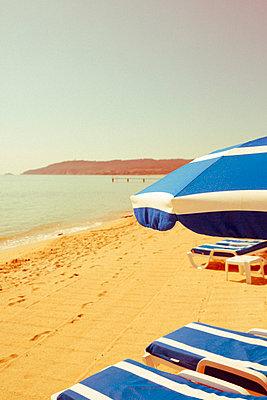 Verlassene Sonnenliegen am Strand von Saint Tropez - p432m1585649 von mia takahara
