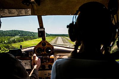Blick aus dem Cockpit auf die Landebahn, Alaska - p741m2168729 von Christof Mattes