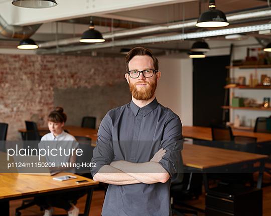 Junge Mann in Startup-Büro - p1124m1150209 von Willing-Holtz