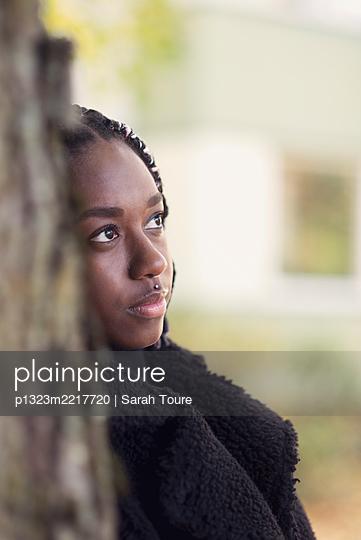 portrait of a young woman with braids - p1323m2217720 von Sarah Toure