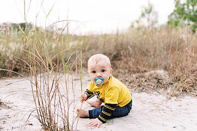 A six month old boy having a blast in a park. - p1166m2162836 by Cavan Images