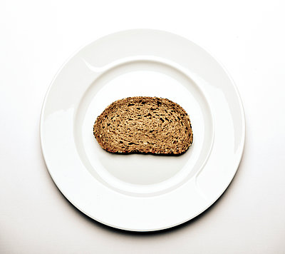 Scheibe Brot auf Teller - p1221m1025816 von Frank Lothar Lange