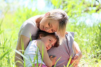 Mutter kuschelt mit Tocher - p1258m1573226 von Peter Hamel