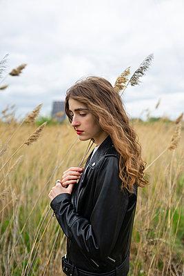 Woman in black leather jacket, portrait - p1646m2278704 by Slava Chistyakov
