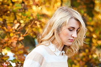 Frau im Herbst - p904m740420 von Stefanie Päffgen