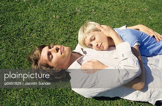 Junges Paar im Gras - p0451829 von Jasmin Sander