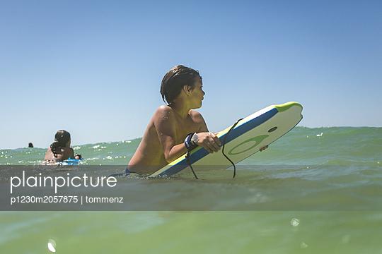 Junge mit Bodyboard - p1230m2057875 von tommenz