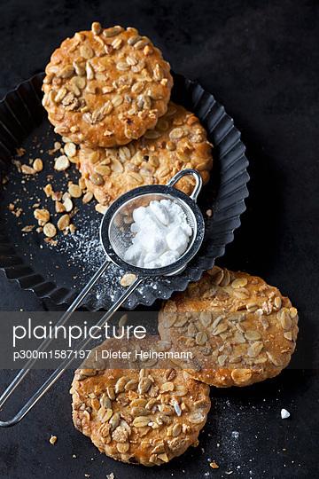 Granola cookies - p300m1587197 von Dieter Heinemann
