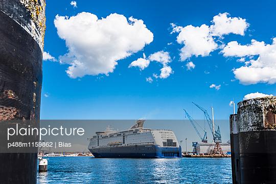Fähre im Kieler Hafen - p488m1159862 von Bias