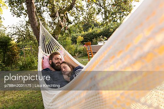 Paar schläft in der Hängematte - p788m2031175 von Lisa Krechting