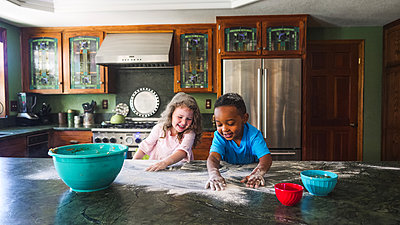 Kids making a mess in the kitchen - p1166m2090688 by Cavan Images
