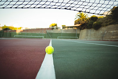 Tennis balls lying in the court - p1315m1199477 by Wavebreak