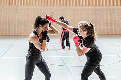 Female boxers practising in sports hall - p300m2144872 von Stefanie Baum
