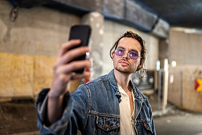 Man taking selfie - p312m2139442 by Karl Forsberg