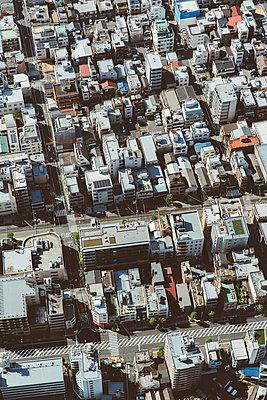 Blick auf Hochhäuser in Tokio - p432m2116060 von mia takahara