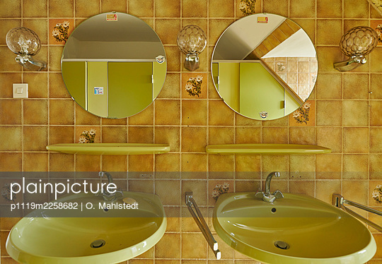Bathroom with two sinks - p1119m2258682 by O. Mahlstedt