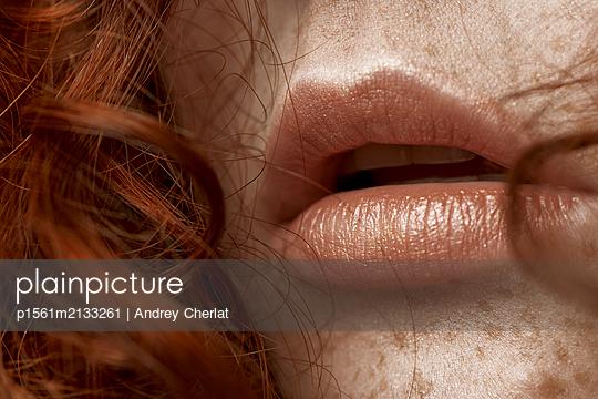 Schöne junge Frau mit roten Haaren - p1561m2133261 von Andrey Cherlat