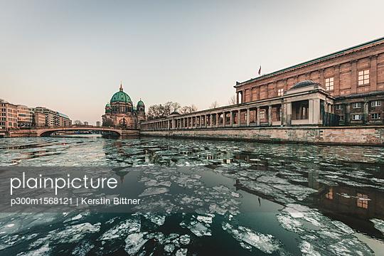 Germany, Berlin, view to Berliner Cathedral at twilight - p300m1568121 von Kerstin Bittner
