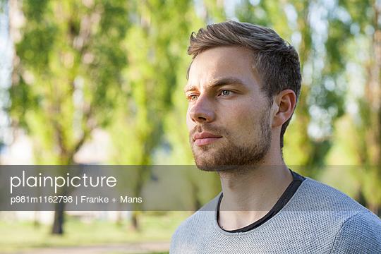 Innehalten - p981m1162798 von Franke + Mans
