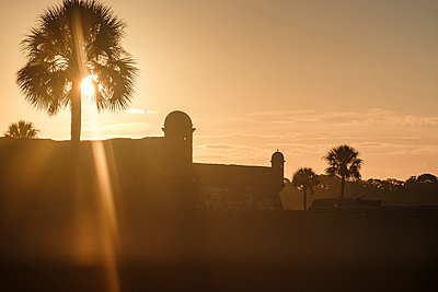 Silhouette of Castillo de San Marcos at sunset in St. Augustine, USA - p1427m2128286 by Tetra Images