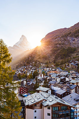 Switzerland, Valais, Zermatt, Matterhorn, townscape, chalets, holiday homes at sunset - p300m1549377 by Werner Dieterich