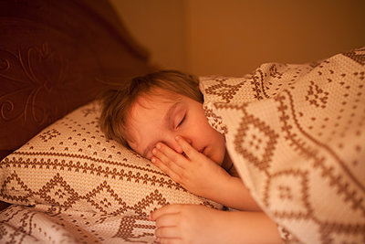 Boy sleeping in bed - p1427m2067420 by Aliaksandr Liulkovich