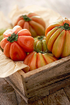 Tomatoes, close up - p300m980563f by Knut Schulz