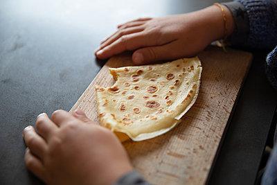 Homemade pancake - p756m2211798 by Bénédicte Lassalle