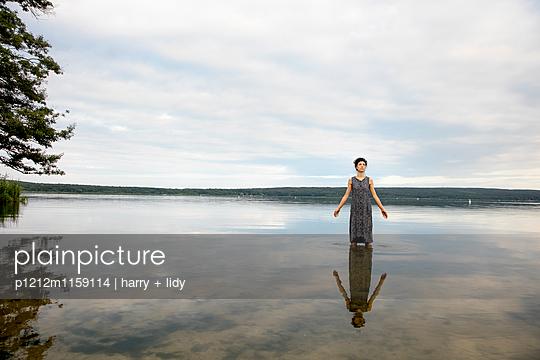 Junge Frau im See - p1212m1159114 von harry + lidy
