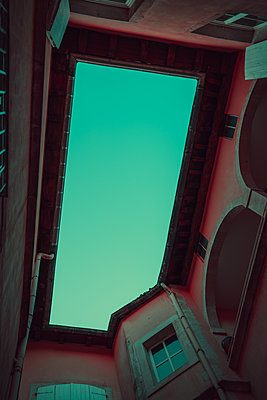 Inner courtyard, worm's eye view - p1681m2283628 by Juan Alfonso Solis