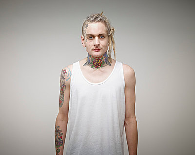 Portrait of young man with tattoos - p300m879182 by Rainer Holz
