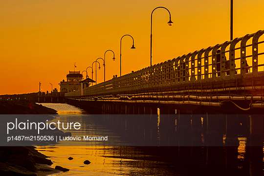 Golden sky sunset in Melbourne, St Kilda - p1487m2150536 by Ludovic Mornand